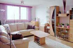 Obývací pokoj v panelovém domě.
